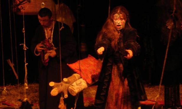 Pièce d'Anton Tchékhov Mise en scène de Valery Rybakov Scénographie de Tatiana Spassolomskaia Rôle: Louka.  Voir textes à part : « L'ours, note d'intention sur le mise en scène» et «L'espace scénique de L'ours  de Tchekhov»
