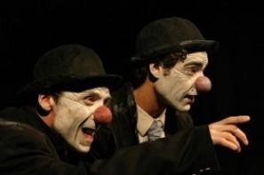 Pièce de Matei Visniec Mise en scène de Victor Quesada Rôle: Filippo  Trois vieux clowns  dans une salle d'attente, les yeux rivés sur une porte. Ils sont venus pour auditionner. Ils sont  concurrents. Ils ont deux points commun: l'amour de l'Art et le Passé. Alors tous leurs vieux souvenirs remontent à la surface...et c'est l'occasion de se fendre la poire!...et de s'entre-déchirer! Et cette porte qui ne s'ouvre pas! Et s'il n'y avait personne d'autre derrière que le néant?